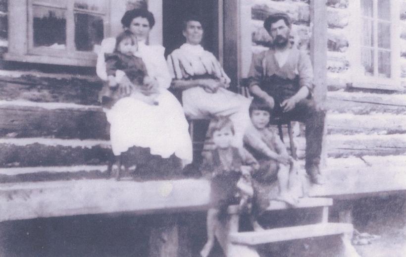 Le couple Joseph Noël - Sarah Coulombe et leurs enfants. Au centre, Julie Noël, mère de Joseph. Source : Collection André Goiziou.
