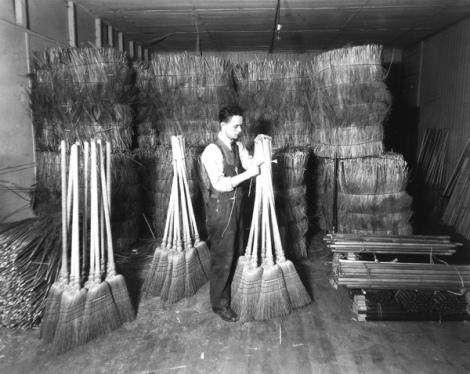 Atelier de fabrication de balais à l'institut Nazareth de Montréal. Cléophas Minville y a travaillé. c