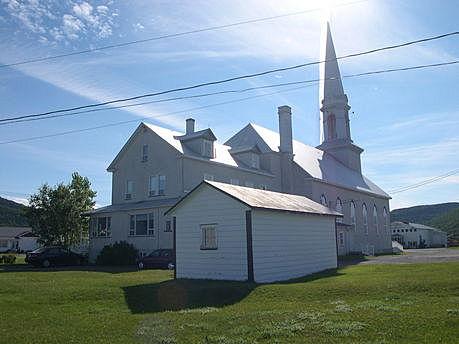 Vue de l'arrière de l'église de Grande-Vallée. Source : Conseil du patrimoine religieux du Québec.